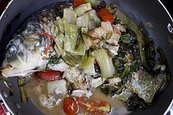 Bước 4: Khi cá gần chín cho thêm cà chua vào. Cá chín cho hành hoa, rau thì là vào sôi lại rồi tắt bếp. Bạn cho thêm hành khô, lạc rang thêm hay trang trí thêm với ớt sừng thái chỉ cho đẹp mắt.