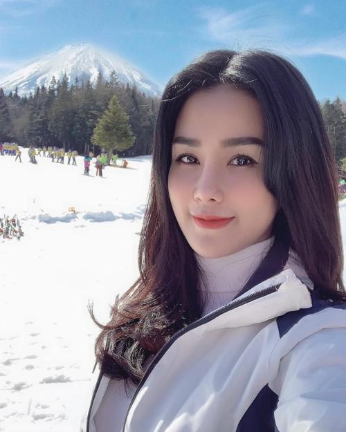 """Diệp Lâm Anh sang Nhật công tác cùng ông xã ngay sau Tết. Một trong số những điểm đến lần này là khu trượt tuyết Fujiten Ski. """"Mùa đông năm nào cũng đòi đi trượt tuyết bằng được... Chuyến công tác chóng vánh nên mình chỉ tranh thủ được 2 tiếng đồng hồ trượt một tí cho đỡ nhớ"""", bà mẹ một con chia sẻ."""