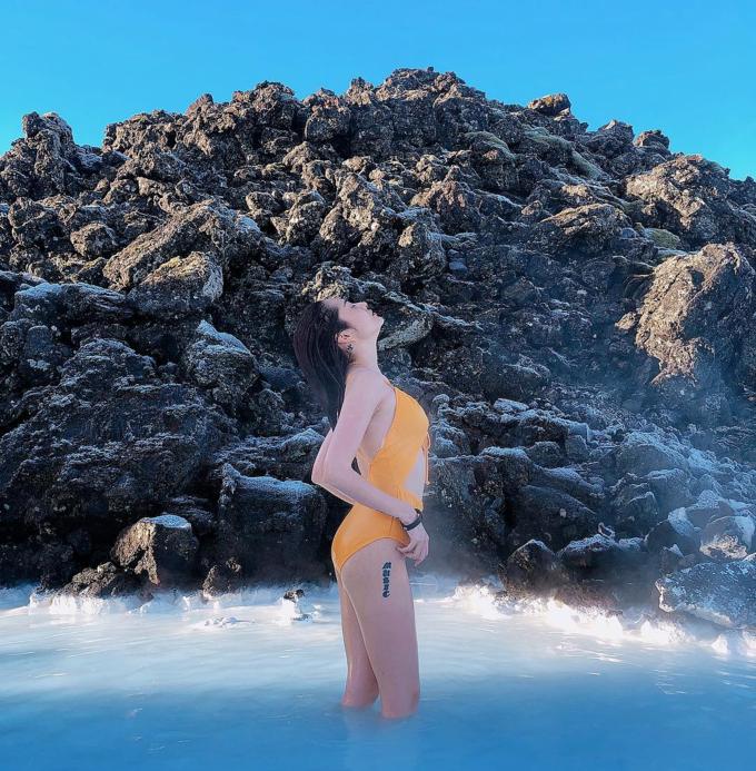 """Bảo Anh check in xứ sở băng giá Iceland, diện bikini vàng nổi bật ở hồ Blue Lagoon nổi tiếng. Cô chia sẻ: """"Nhìn vậy thôi chứ bên trong tim gan phổi muốn đóng băng hết, bé đang ở Iceland - một trong những quốc gia thưa dân nhất thế giới""""."""