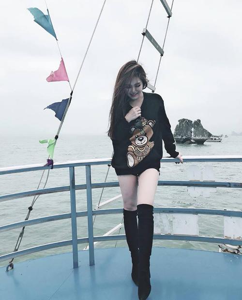 """Hương Tràm đi tàu thăm vịnh Hạ Long và bày tỏ thắc mắc: """"Phía sau mình là hòn Trống Mái nhưng con Trống ở đâu và con Mái ở đâu thật sự nhìn hoài không ra""""."""