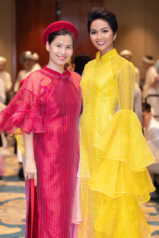 HHen Nie va NTK Thuy Nguyen 02