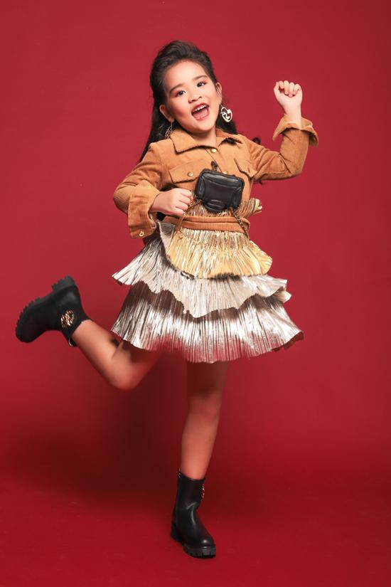 Suri Thiên Kim mới 6 tuổi và đang học lớp Prep tại Sis. Cô bé theo học lớp mẫu nhí Pinkids của đạo diễn thời trang Nguyễn Hưng Phúc hơn 6 tháng nhưng đã thay đổi rất nhiều từ kỹ năng biểu diễn catwalk cho đến tạo dáng trước ống kính.
