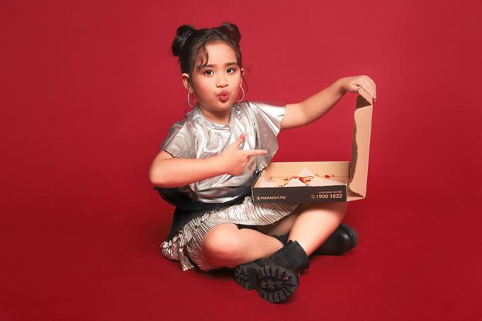Ba mẹ Suri Thiên Kim vẫn muốn con gái học thật giỏi những môn văn hóa ở trường hơn và chỉ cho tham gia các hoạt động ngoại khóa vào dịp cuối tuần hay nghĩ lễ.