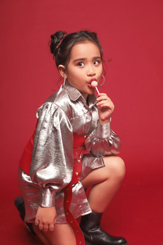 Bộ ảnh được thực hiện với sự hỗ trợ của nhiếp ảnh Nguyễn Du, trang điểm Huy Nguyễn, làm tóc Ken Huỳnh, stylist Phương Phương, trang Phục Đức Lê.