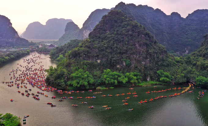 Đoàn rước di chuyển qua các hang động từ bến thuyền đến đền Suối Tiên.