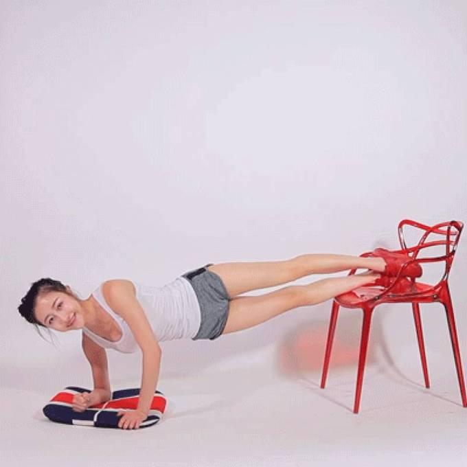Tiếp tục tư thế chống đẩy với chân đặt lên ghế, người nghiêng. Đá chân cao 15 lần mỗi bên.