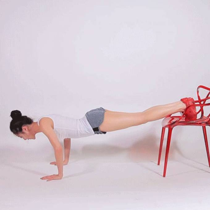 Từ tư thế chống đẩy ban đầu, đẩy cao hông tạo hình chữ V 15 lần.