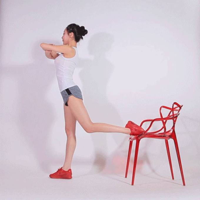 Đứng thẳng, gác một chân sau lên ghế, hai tay khoanh trước ngực. Hạ thấp trọng tâm 15 lần rồi đổi chân.