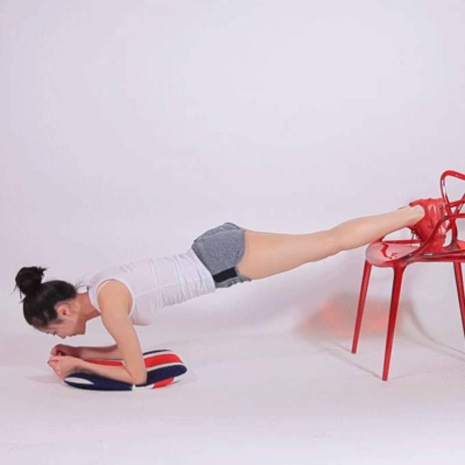 Plank trong 15 giây với hai chân gác lên ghế.