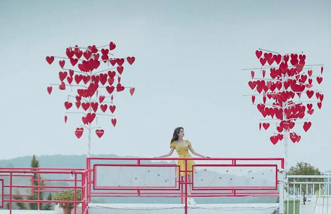 Cây cầu ước nguyện nối giữa hai phần mái nhà, nơi treo hàng trăm trái tim đỏ ghi những lời cầu chúc của đôi lứa, gợi nhớ tới con đường tình yêu bên sông Hàn ở Đà Nẵng với hình dáng tương tự.