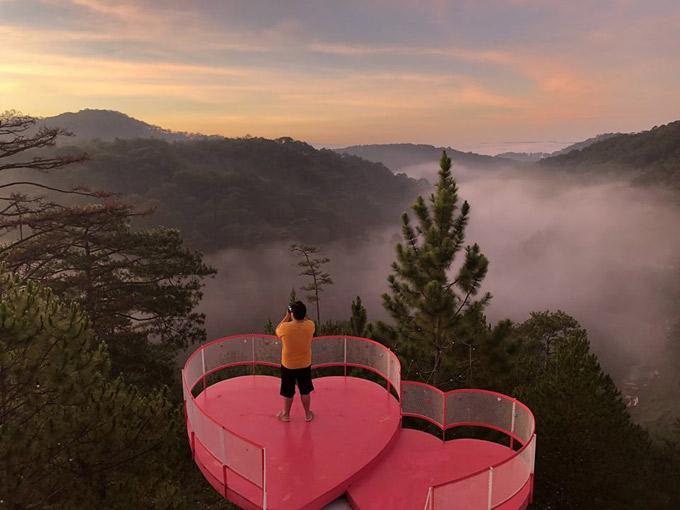 Tháng 4-5 cũng là thời điểm tuyệt vời để ngắm nhìn màn sương mù bảng lảng ở Đà Lạt. Bạn nên chịu khó dậy sớm để chụp được khung cảnh làn sương khói mờ ảo, bao quanh khu rừng thông, phía xa là mặt trời đang dần ló dạng.