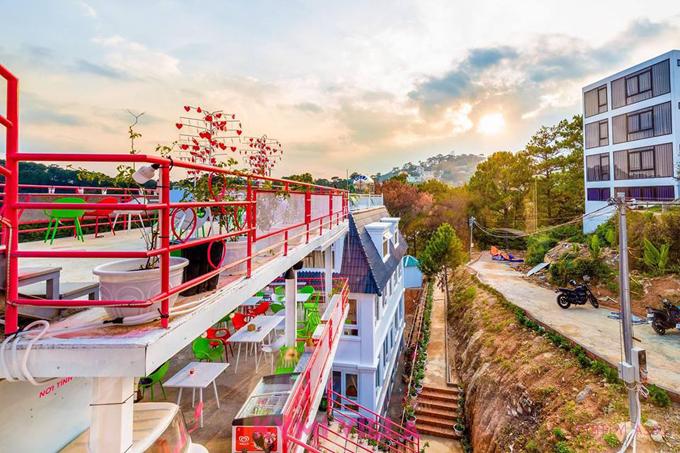 Khu tổ hợp nằm với vị trí thuận lợi, cách chợ Đà Lạt 2 km, tương đương 8 phút đi xe máy, cách siêu thị Big C và hồ Xuân Hương một km và cách bến xe Phương Trang 500m. Giá thuê phòng từ 690.000 đồng đến 1.290.000 đồng một đêm.