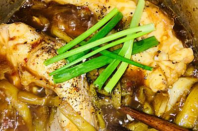 Bước 4: Bắc nồi lên bếp, để sôi, lật mặt cá, sau đó vặn lửa liu riu, đậy nắp kho khoảng 15 phút thì cho phần dưa môn đã xào vào, nấu thêm 5 phút là được, cho thêm hành, tiêu vào là xong.