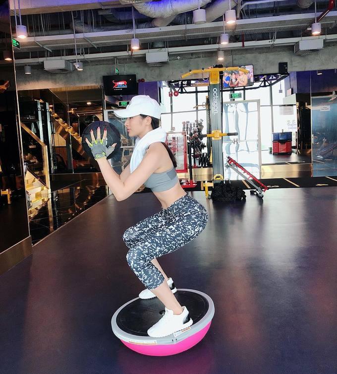 Yaya Trương Nhi tranh thủ tập luyện ở bất cứ đâu khi có thời gian rảnh. Trong hình, cô nàng thực hiện squat cùng bóng bosu. Bài tập rèn luyện khả năng giữ thăng bằng, làm chủ cơ thể và tác động trực tiếp vào các múi cơ vòng hai, vòng ba.