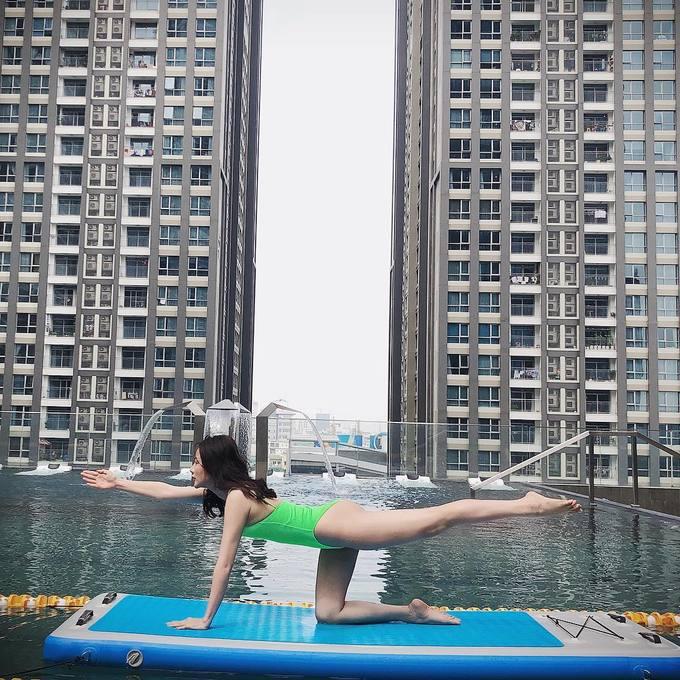 Tập yoga trên nước thường xuyên cũng giúp nữ diễn viên tăng khả năng giữ thăng bằng và sự tập trung. Không chỉ có tác dụng tích cực cho vóc dáng, bộ môn này có đem lại nhiều lợi ích cho tinh thần, giúp cân bằng cuộc sống, giải tỏa căng thẳng.