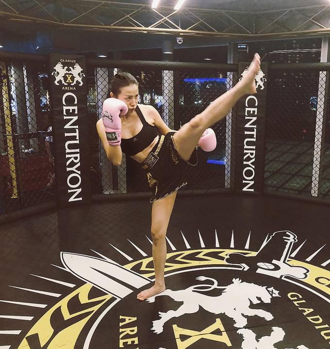 Không dừng lại yoga hay gym, Yaya Trương Nhi còn tích cực tập boxing, giúp đốt cháy năng lượng, tăng sức bền. Ngoài ra, cô nàng còn thử sức với các bài múa cột. Đây là một trong những bộ môn khó, đòi hỏi cao về cả thể lực lẫn sự dẻo dai.