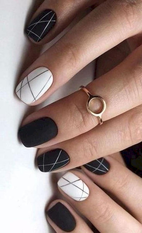 Họa tiết sọc bất đối xứng mang đến mẫu móng tay đơn giản mà cá tính.