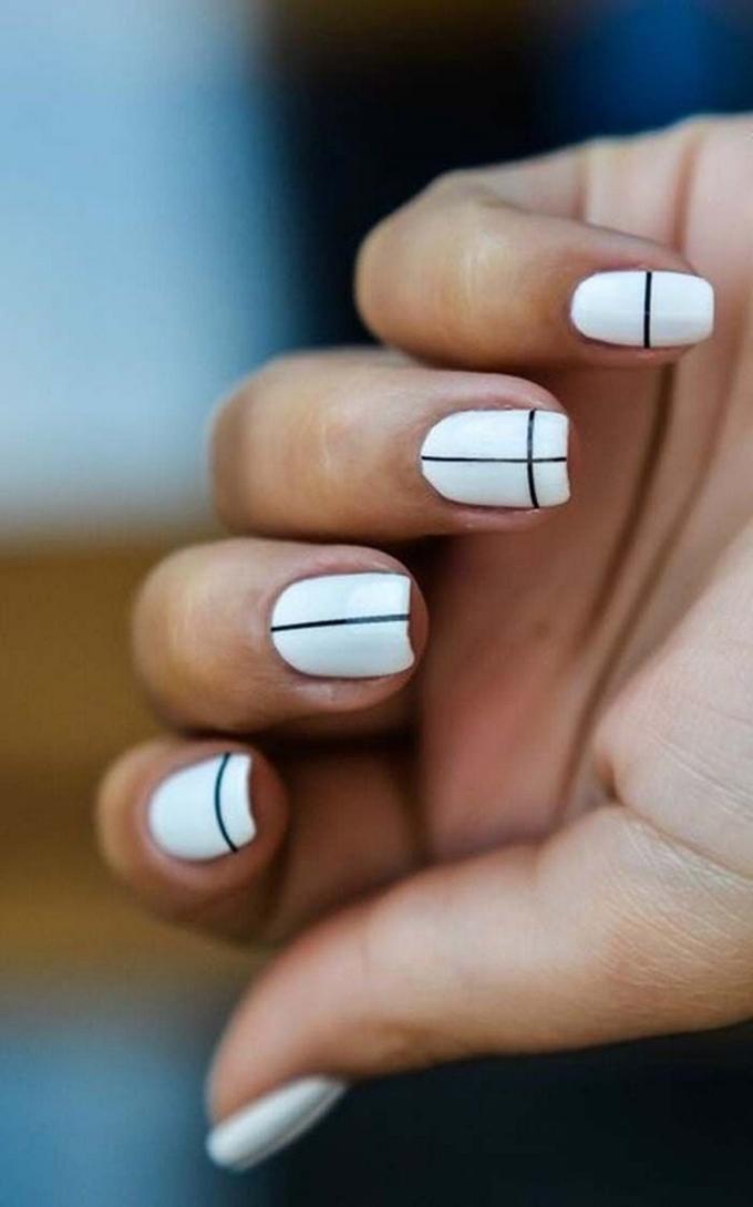 Móng tay trắng vẽ sọc đen đơn giản nhưng không hề đơn điệu.
