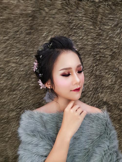 Ở kiểu trang điểm thứ hai, lông mày được kẻ ngang theo xu hướng làm đẹp của Hàn Quốc. Lớp nền trong suốt và hiệu ứng phủ sương giúp nàng thêm rạng rỡ.