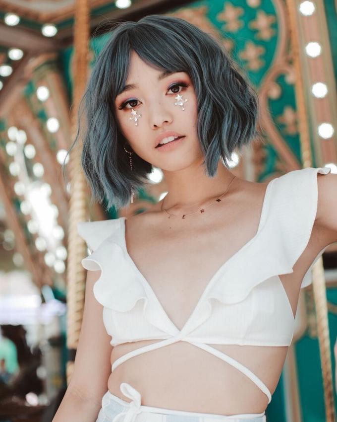 Dù không phải xu hướng trang điểm mới song mốt đính đá, pha lê lên mặt lại được các beauty blogger nhiệt tình lăng xê tại Coachella năm nay. Hot vlogger Jenn Im tạo điểm nhấn với họa tiết ngôi sao được đính ngay dưới mi mắt.