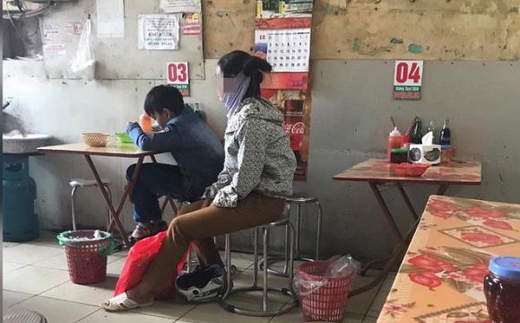 24.Hình ảnh người mẹ vào quán phở chỉ gọi một bát cho con rồi ngồi nhìn, hình ảnh khiến ai cũng xúc động