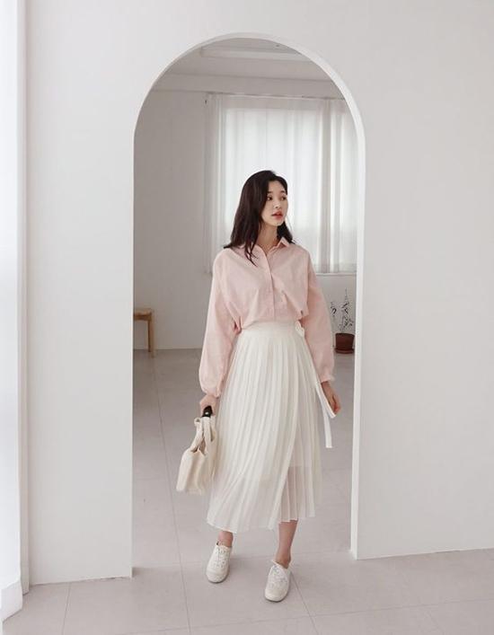 Chân váy dập ly ở xu hướng năm nay được thể hiện trên chất liệu mỏng và phối layer tạo cảm giác nhẹ nhàng.