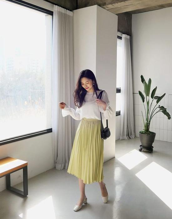 Phối cùng các mẫu chân váy mềm mỏng là nhiều kiểu blouse điệu đà, áo thun trẻ trung hay sơ mi cách điệu.