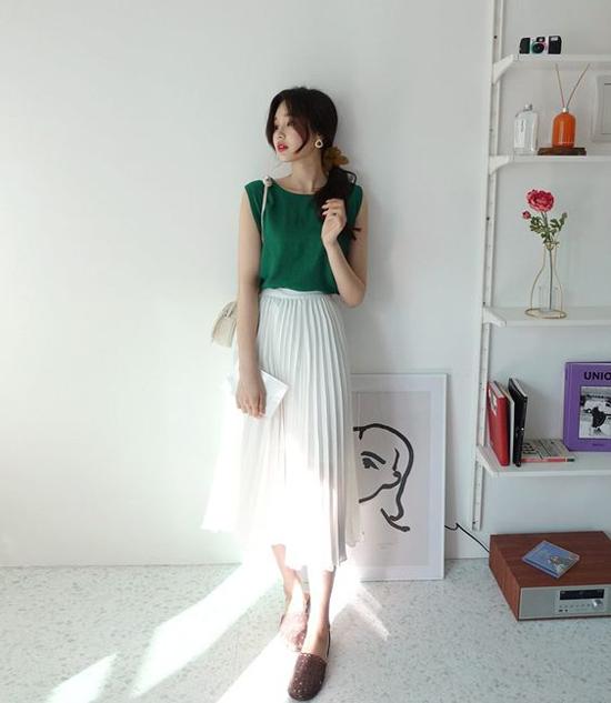 Chân váy trắng trên các chất liệu lụa, voan lụa mỏng là sản phẩm 'cháy hàng' ở mùa nắng năm nay.