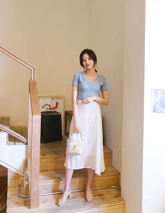 Các cô nàng sành điệu ở xứ sở kim chi thích chọn chân váy trắng để phối cùng các kiểu áo thun cotton. Đây cũng là công thức mà chị em công sở dễ dàng áp dụng.
