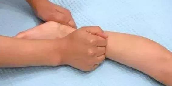 26.5 phút trước khi đi ngủ hãy làm 6 động tác massage này cho trẻ, không sợ sau này con không cao4