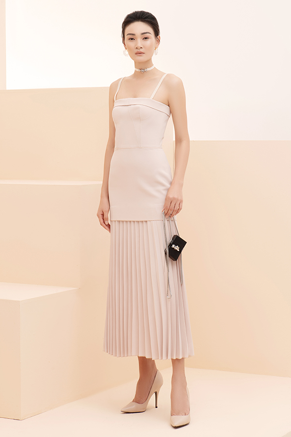 Váy hai dây, đầm cúp ngực đều được khai thác khoảng hở một cách ý nhị để chị em công sở khoe nét gợi cảm.