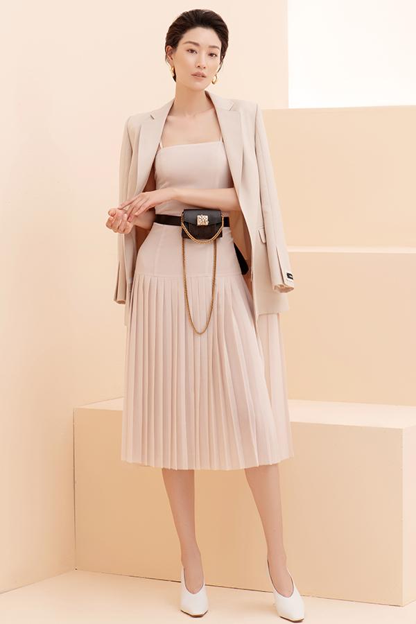 Vest, blazer, váy cape biến thể theo đúng tinh thần sang trọng và thanh lịch là điểm nhấn ở bộ sưu tập này.