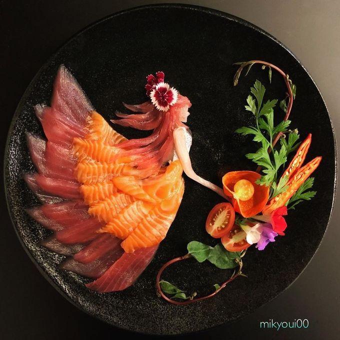 Nhiều người đồng ý rằng, sashimi là món ăn mà bạn có thể thưởng thức trọn vẹn nhất hương vị của cá tươi sống. Ngoài cảm nhận bằng vị giác, sashimi còn cuốn hút thực khách bởi màu sắc tuyệt đẹp của những vân cá tự nhiên. Các đầu bếp Nhật Bản khi phục vụ sashimi cũng chú ý tới vẻ bề ngoài của từng đĩa cá, sao cho chỉn chu và hài hoà. Một người đàn ông Nhật Bản với nickname Mikyoui00 đã góp phần biến vẻ đẹp của những lát sashimi đầy màu sắc trở thành những bức tranh 3D khiến người khác phải trầm trồ.