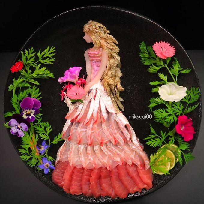 """Không chỉ có cá đẹp mà các loại rau gia vị, chanh, các loại hoa đủ sắc màu cũng được tận dụng để """"vẽ"""" tranh 3D."""