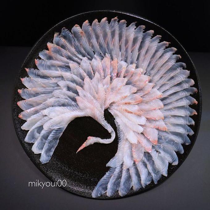 Từ đó, anh bắt đầu đam mê nghệ thuật bày biện sashimi từ lúc nào không hay. Anh sử dụng hầu hết các loại cá phổ biến để tạo ra các tác phẩm nghệ thuật của mình. Trong ảnh là một chú chim hạc được tạo nên từ những thớ cá trắng, vân hồng đẹp mắt.