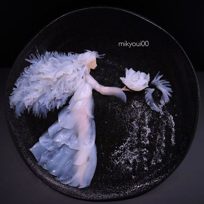"""Bí quyết tạo nên các tác phẩm sashimi là sử dụng nhiều loại cá cùng lúc, để phối các màu tự nhiên nhất. Ngoài việc cắt tỉa cá thông thường thì Mikyoui00 cũng học cách cắt tỉa tỉ mỉ, chuyên sâu để tạo nên những hình có độ khó cao. Một số nguyên liệu làm bếp khác cũng là trợ thủ đắc lực để """"vẽ tranh"""" như với tác phẩm này chính là muối tinh."""
