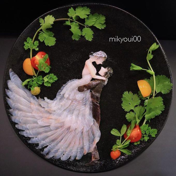 Những bức tranh mô tả hình ảnh cuộc sống như tác phẩm cô dâu chú rể ôm nhau trong ngày cưới được trang trí nổi bật bằng rau sống, cà chua bi.