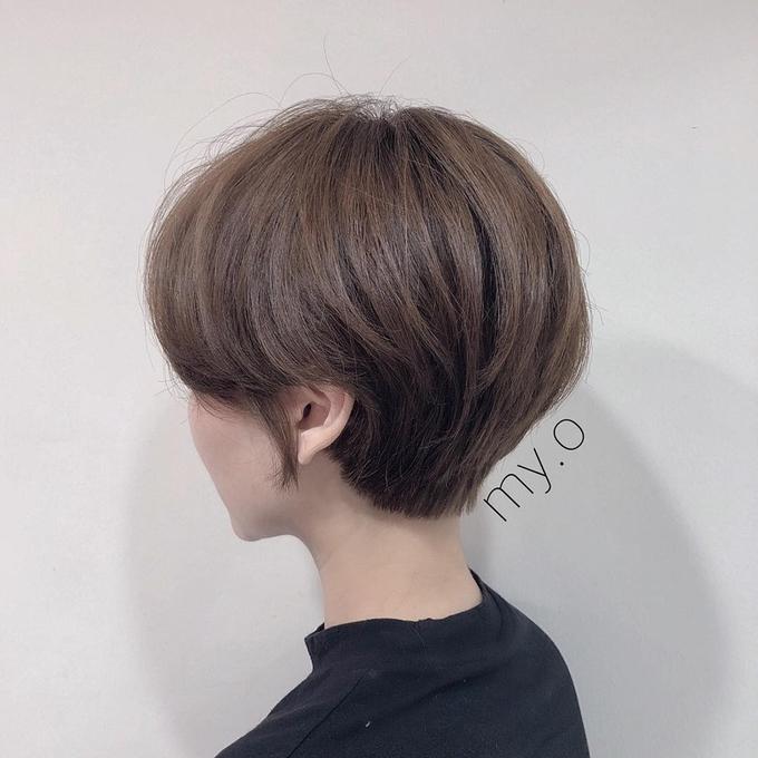 Phần tóc phía sau gáy được tỉa cao giúp bạn thấy mát mẻ hơn, lại khoe được trọn vẹn chiếc cổ cao quyến rũ.