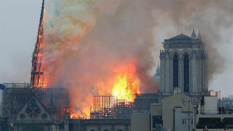 Nhà thờ Đức Bà Paris bôc cháy sớm 16/4.