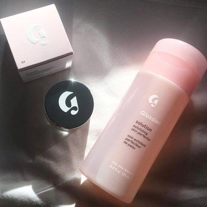Glossier không chỉ nổi tiếng với các sản phẩm trang điểm mà còn tạo được tiếng vang nhờ dòng sản phẩm dưỡng da chất lượng. Glossier Solution có công dụng làm sạch da dịu nhẹ, phù hợp với da nhạy cảm, da mụn. Thành phần acid của sản phẩm cũng góp phần làm thông thoáng lỗ chân lông, khô cồi mụn, bớt thâm. Giá tham khảo: 600.000 đồng