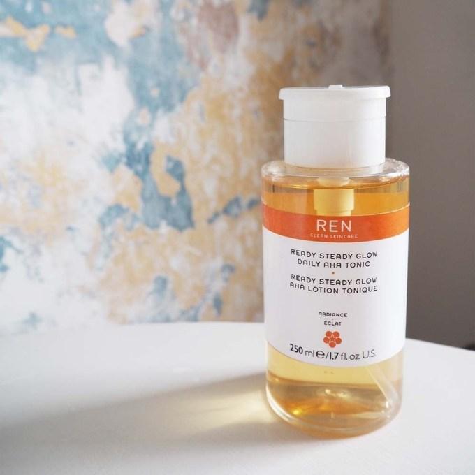 Ren Ready Steady Glow Daily AHA Tonic tạo ấn tượng với người dùng nhờ hương thơm dễ chịu, không quá nồng mùi hóa chất. Thành phần acid của Ren chủ yếu là acid latic và azelaic có công dụng cải thiện kết cấu da, mụn và tình trạng lỗ chân lông to. Giá tham khảo: 900.000 đồng