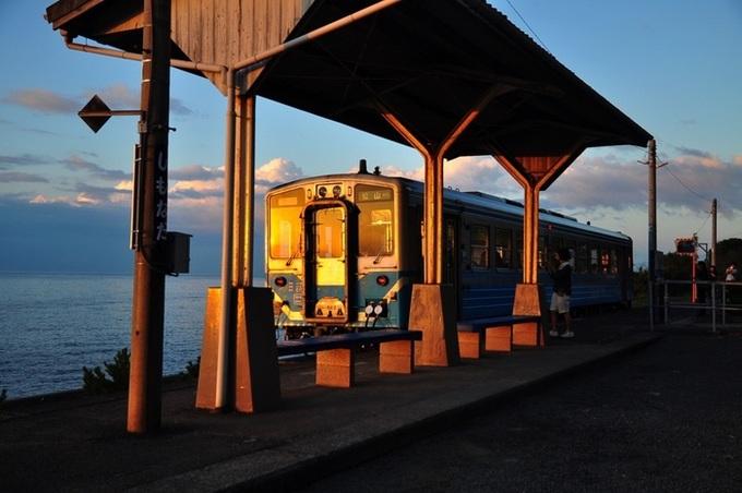 Ga Shimonada ở tỉnh Ehime nằm lẻ loi bên bờ biển thưa người là một trong những địa điểm hút cánh săn ảnh ở Nhật Bản. Nó thuộc tuyến đường sắt Yosan, vận hành từ năm 1935 đến nay.