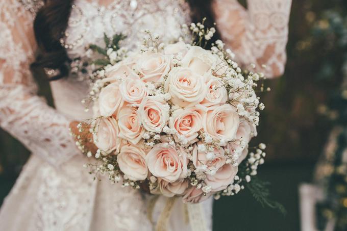 Bó hoa cầm tay của Mỹ Giang gồm hoa hồng và baby.