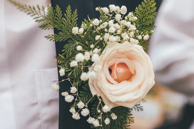 Mỹ Giang làm hoa cài áo cho chú rể từ hoa hồng, hoa baby và lá dương xỉ.
