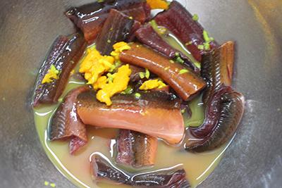 Bước 4: Thêm vào nồi xào lươn nước đun sôi, nêm lại gia vị cho vừa ăn rồi cho đậu phụ đun nhỏ lửa. Chuối chín tới cho tía tô, lá lốt vào cho sôi thì tắt bếp.