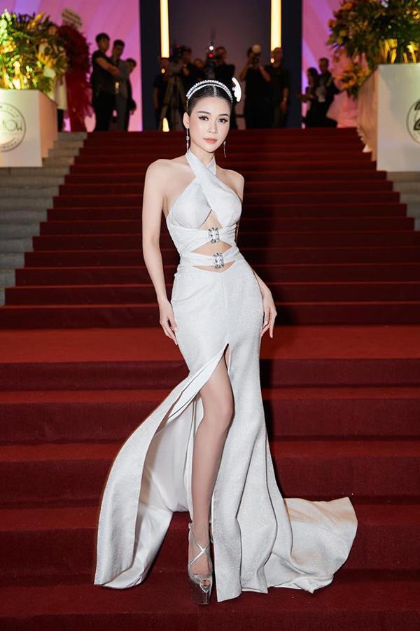 Sau một thời gian bị các mẫu váy xuyên thấu, đầm đính kết, váy đuôi cá 'nhấn chìm', váy cut-out được nhiều sao Việt yêu thích trở lại.