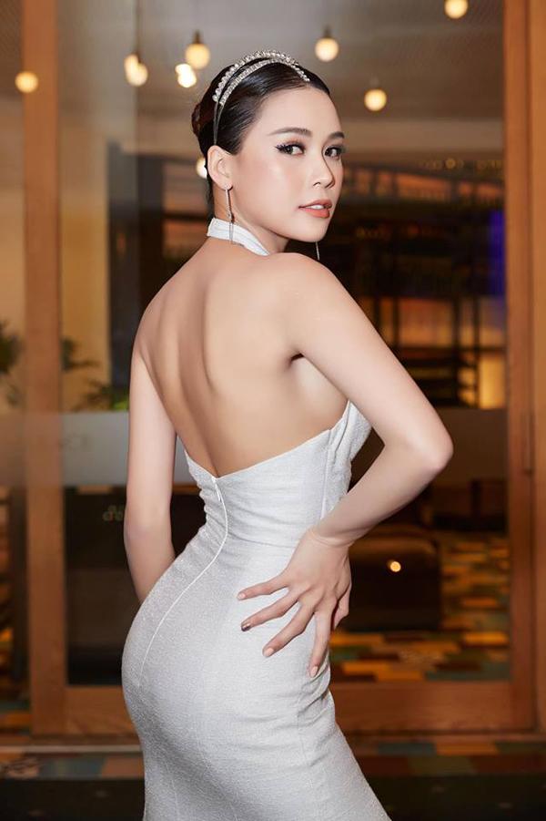 Diên viên Sam khoe nét gợi cảm cùng trang phục của Đỗ Long. Kết hợp cùng chi tiết cut-out phần ngực, lưng áo cũng được khai thác khoảng hở để người mặc phô dáng sexy.