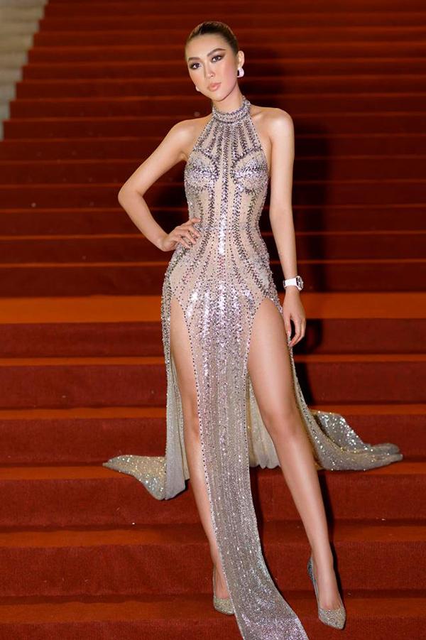 Tường Linh với hình ảnh cá tính và nóng bỏng cùng trang phục khoe khoảng hở táo bạo. Từ phần khoét lưng cho đến cut chân váy đều được tính toán kỹ để người đẹp phô trọn vẻ đẹp hình thể.