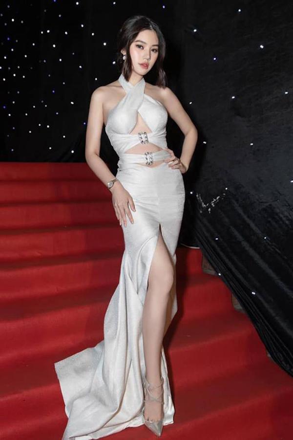 Joile Nguyễn cũng chọn váy xẻ cao đi kèm nhiều đường cắt khoét của Đỗ Long để khoe dáng trên thảm đỏ.