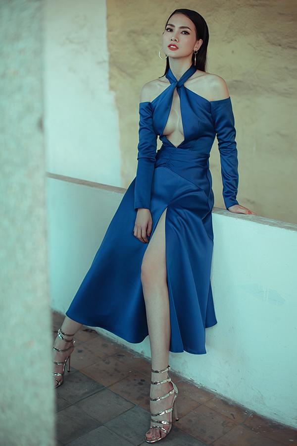 Với váy lụa của Nguyễn Hà Nhật Huy, siêu mẫu Anh Thư sexy không kém đàn em khi phô trọn vẻ sexy bởi những đường cắt táo bạo.